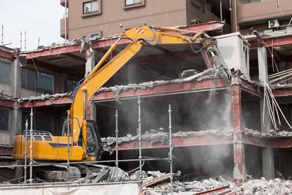 重機によるビルの解体工事